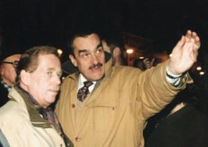 Václav Havel s Karlem Schwarzenbergem při zkoušce nového osvětlení Hradu. Foto: Archiv KS